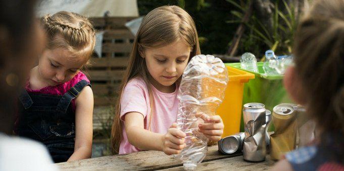 niña reciclar